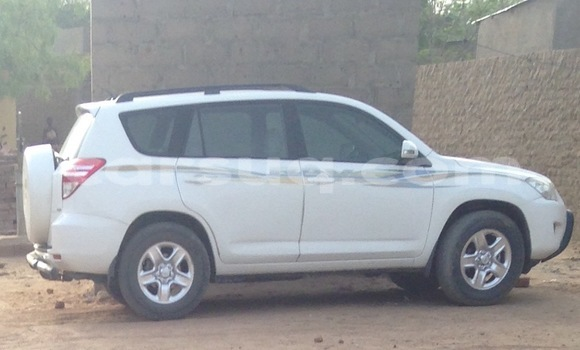 Acheter Occasion Voiture Toyota RAV4 Blanc à N'Djamena au Tchad