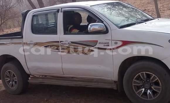 Sayi Na hannu Toyota Hilux White Mota in N'Djamena a Chadi